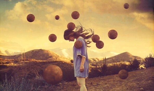 mulher-triste-bolas-no-ar
