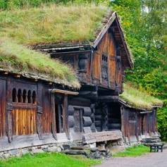 33295958-casa-norvegese-tradizionale-con-erba-sul-tetto-il-museo-del-folklore-norvegese-oslo-