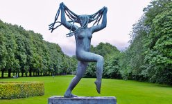 vigeland-sculpture-park-travelever-inside-sculpture-park