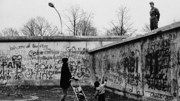 Mario-Dondero-Due-giorni-prima-della-caduta-del-Muro-di-Berlino-1989